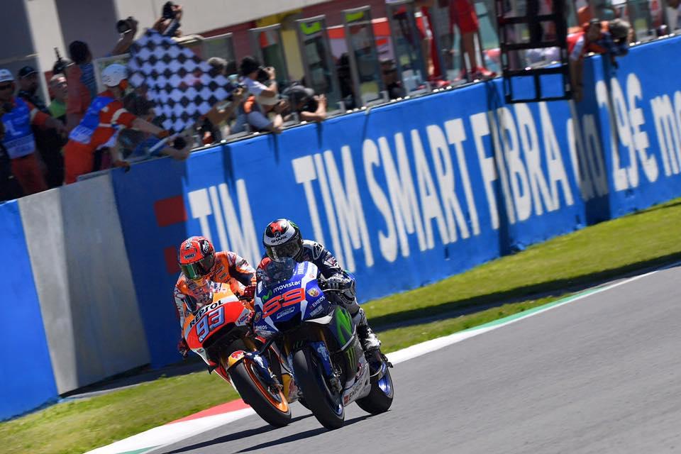 Jorge Lorenzo supera a Marc Márquez sobre la línea de meta