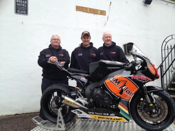 John McGuinness con los responsables del equipo Honda Padgets