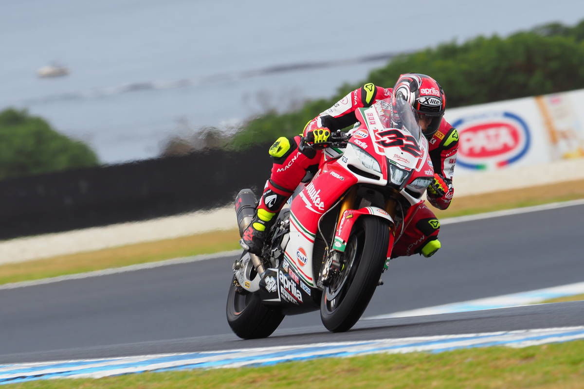 Lorenzo Savadori durante los entrenamientos libres del Mundial de Superbike en Phillip Island