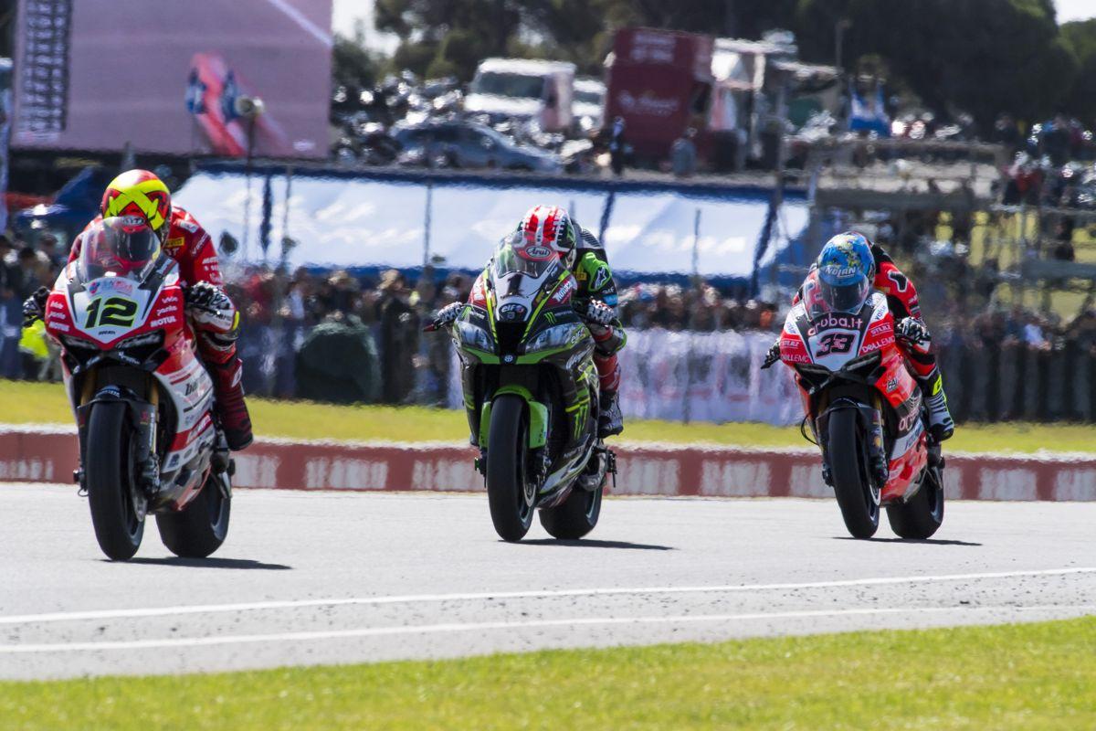 Xavi Forés lidera la segunda carrera de Superbikes en Phillip Island por delante de Jonathan Rea y Marco Melandri