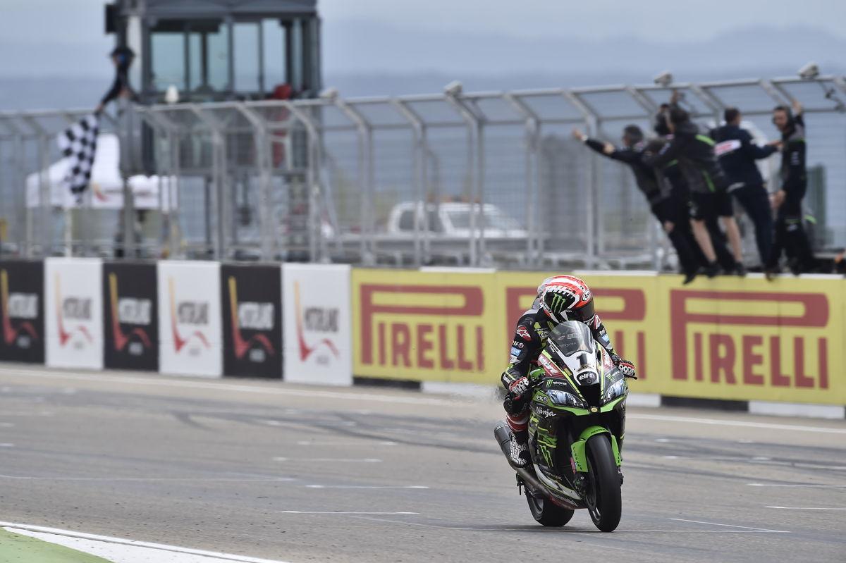 Jonathan Rea durante la primera carrera del Mundial de Superbike en Motorland Aragón